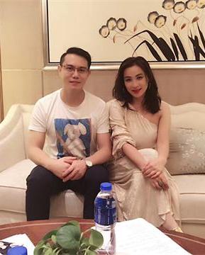 香港艺人麦家琪出席活动,低调亲民与粉丝同台演唱